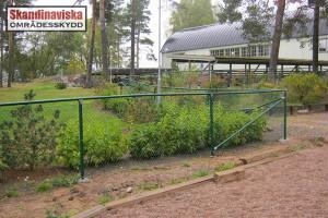 grönt stängsel med överliggare